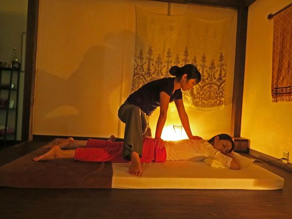 【トゥクトゥク送迎付き】タイ古式マッサージ(ハーブの足湯&ホットストーン付き)